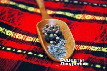 Смешать специи: соль, тимьян, базилик, кориандр горошком