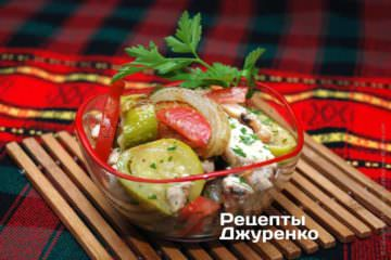 Салат из курицы и кабачка