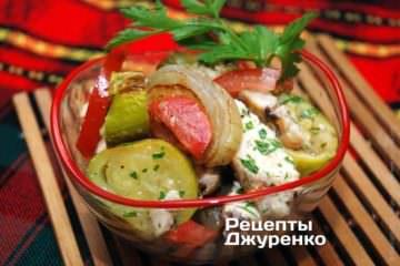 Полить салат заправкой из масла и бальзамико