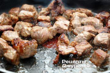 Жарить мясо на среднем огне, помешивая и без крышки