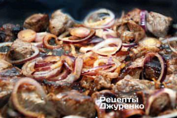 Обжаривать мясо с луком 5-6 минут