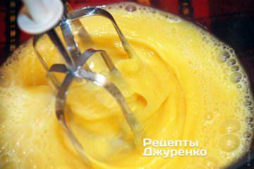 Яйца выпустить в глубокую миску и хорошо взбить