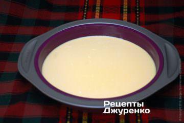 Вилити сирно-яєчну суміш у форму