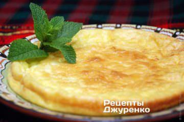 Выложить омлет на тарелку