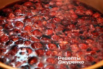 Далее добавить вишневый сок с сахаром