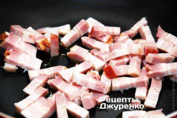 Копченое сало нарезать брусочками