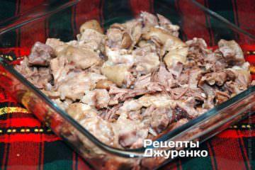 Разложить мясо по формочкам и залить жидкостью