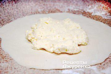 Раскатать тесто и выложить начинку