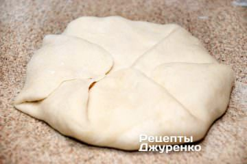 Загорнути тісто конвертиком