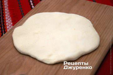 Скалкой или руками раскатать тесто еще раз, чтобы получилась тонкая лепешка