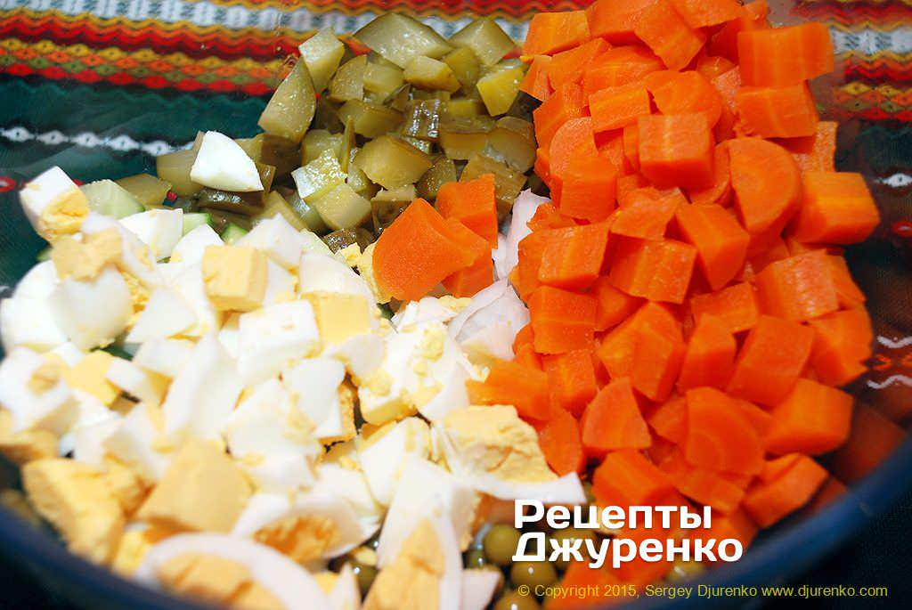 Нарезать кубиками морковку и яйца.