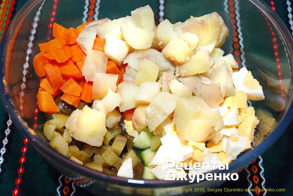 Нарезать кубиками картофель.
