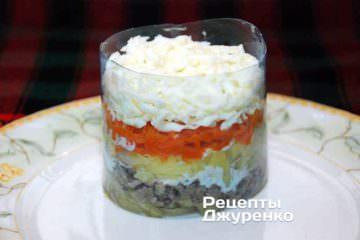 Затем слой яичного белка — это важный компонент в салат Мимоза