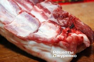 Острым ножом необходимо надрезать сало почти по всей толщине до шкурки, чтобы получились квадратики