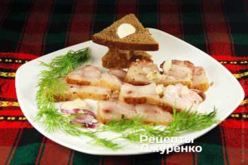 Кусок самого-самого свежего хлеба, несколько кусочков -нарезанное сало с чесноком
