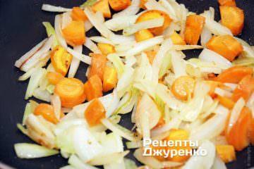 Лук и морковку обжарить