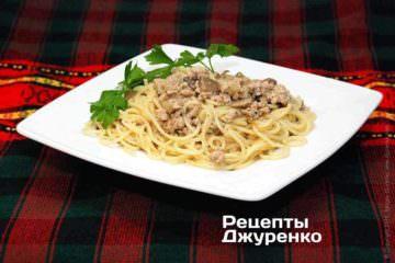 Прикрасити спагетті з фаршем гілочкою петрушки