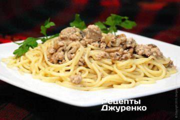 Спагетти с фаршем, грибами и луком