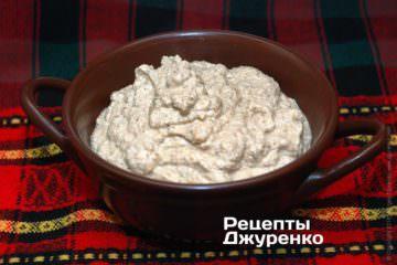 Измельчит орехи с чесноком и специями