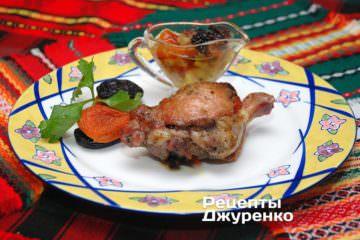 Фото рецепта утка в духовке с черносливом, курагой и яблоками