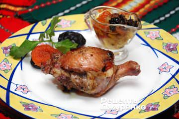 Готовую утку выложить набольшое блюдо