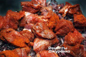 Яловичину додати до смаженої цибулі і продовжувати обсмажувати все 2-3 хв