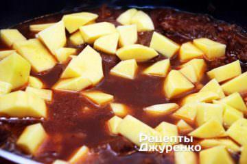 Добавить нарезанный кубиками картофель
