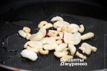 Вытопить сало на сковородке, на среднем огне, чтобы появился жир для жарки