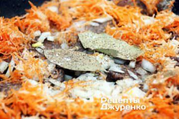 Додати дрібно нарізані цибулю, а також нарізані, а краще натерті на дрібну тертку, моркву і селеру