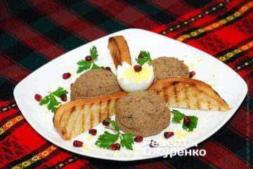 Выложить паштет из печени в формочку или на тарелку, украсить зеленью и гранатовыми зернами