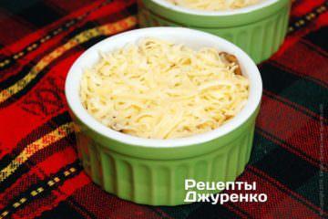 Посыпать грибы натертым сыром