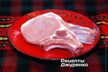 Нарезать на плоские котлеты, чтобы каждый кусок мяса был с косточкой