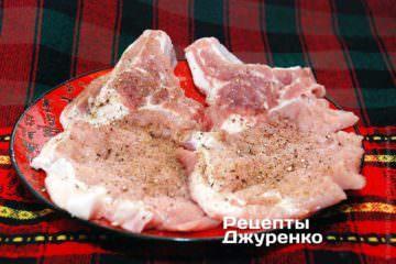 Для исключения сворачивания мяса, его надо слегка надрезать по краю