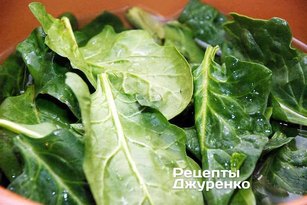 Листья шпината отварить в течение 1-2 минуты.