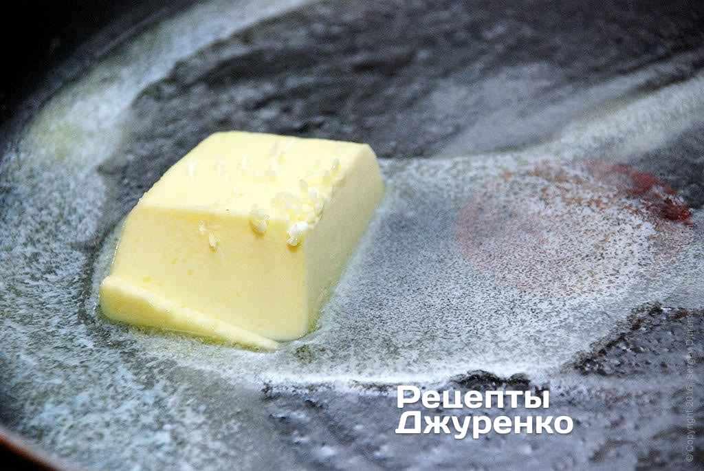 На горячей сковородке растопить кусочек сливочного масла.