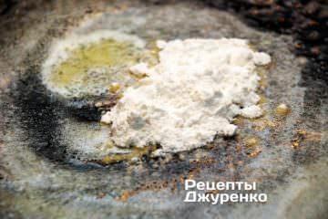 В растопленное масло добавить неполную чайную ложку пшеничной муки