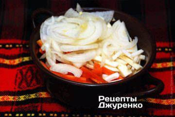 Цибулю нарізати тонкими півкільцями, моркву і коріння нарізати соломкою