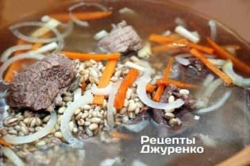 В бульон добавить нарезанные овощи и перловую крупу