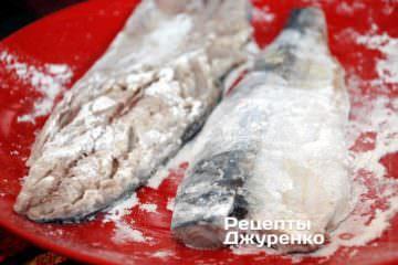 Обвалять куски рыбы в муке