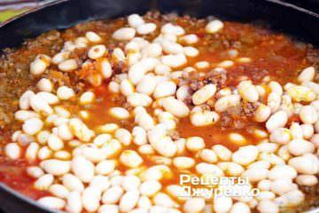 Накрити сковорідку кришкою і продовжувати тушкувати на маленькому вогні ще 10 хвилин