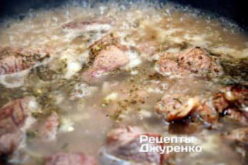 тушкувати м'ясо з цибулею під кришкою