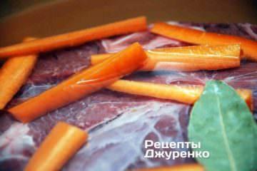 Зварити міцний бульйон з цілого шматка м'яса на воді, без додавання солі