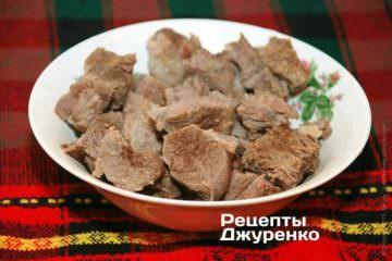 Поки рис готується, нарізати відварену яловичину на зовсім невеликі шматочки