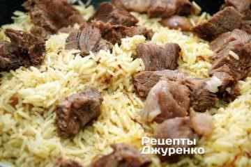 Смешать отваренную говядину рисом