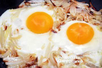 жарить яичницу