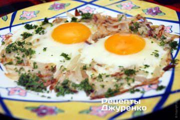 Выложить яичницу с луком на тарелку