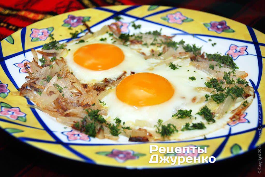 Рецепт яичница с луком и колбасой