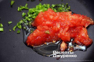измельчить помидор и перец