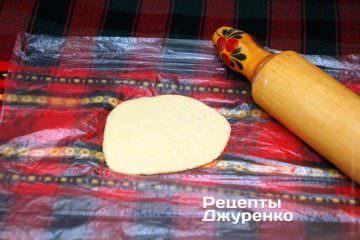 Розкачати тісто в тонкий корж