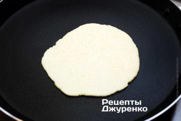 Випікати на розпеченій сухій сковороді